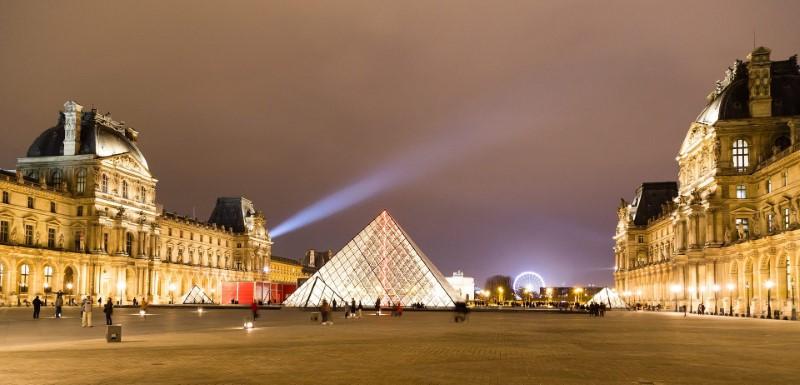 Louvre, Paříž - pyramida